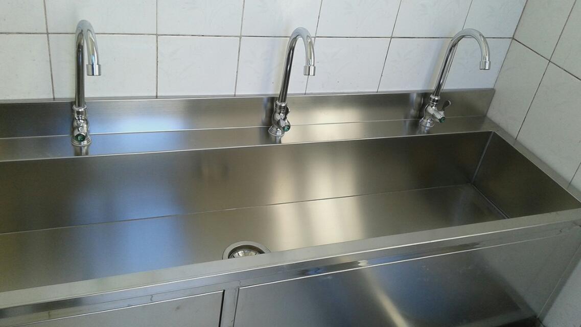 不锈钢洗手槽,北京海淀中学订购的不锈钢洗手槽安装完毕