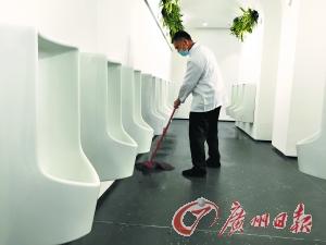 """广州绅士厕所中的""""美男子""""原来是无水小便器!!!"""